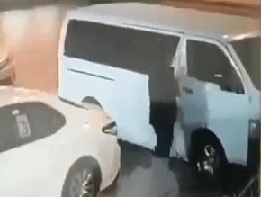 فيديو.. لحظة سرقة حافلة تركها صاحبها بوضع التشغيل بالرياض - المواطن