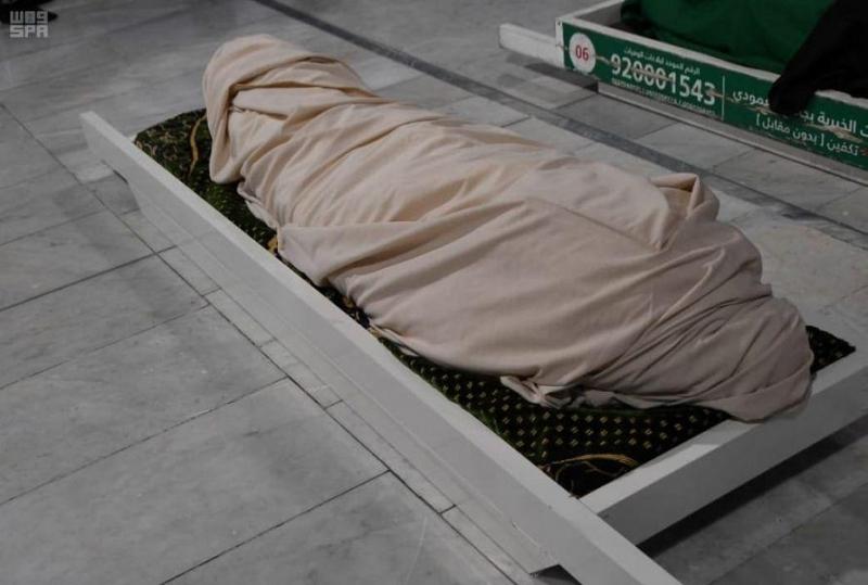 الفيصل يؤدي صلاة الميت على الأمير متعب بن عبدالعزيز - المواطن