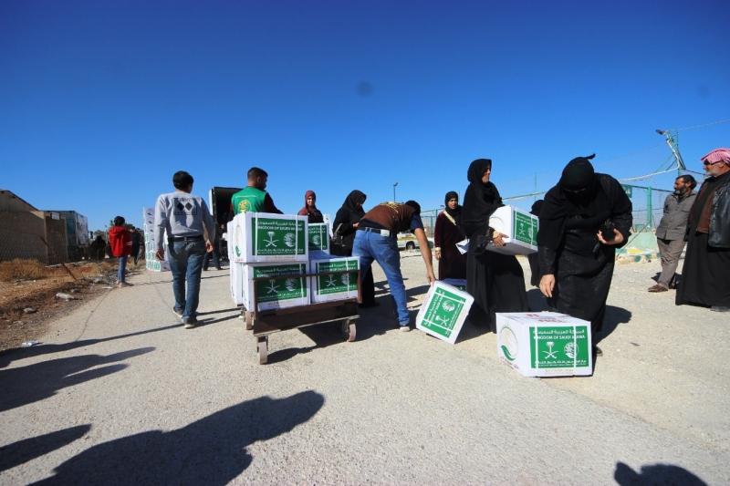 المملكة توزع 24 طناً مواد غذائية على اللاجئين السوريين - المواطن