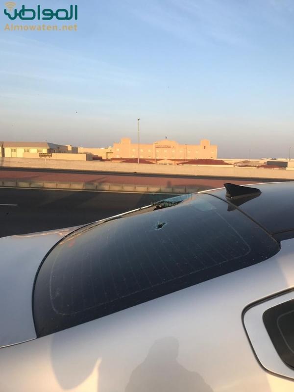 فيديو..المرور يفتح الإشارات لإنقاذ شاب علق مثبِّت سرعة مركبته - المواطن