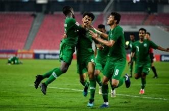احتفال لاعبو المنتخب السعودي بالهدف في أوزبكستان