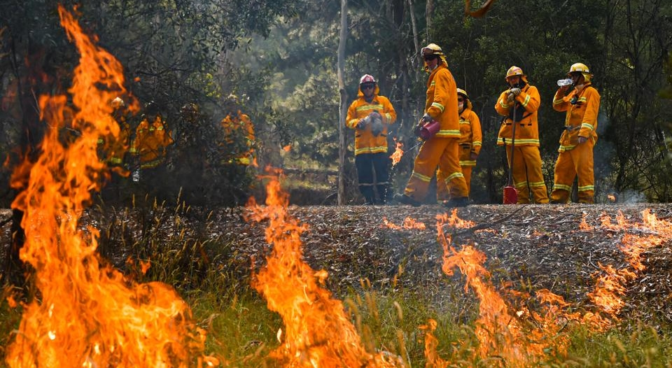 فات أوان المغادرة.. الحرائق تُغلق مطار كانبيرا بأستراليا