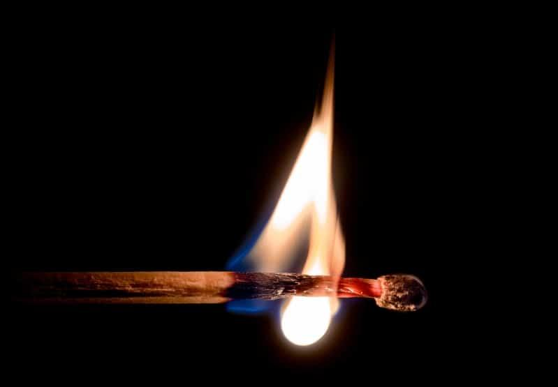 رحلت والدتها فأشعلت النار في المنزل واحتضنتها لتموت معها