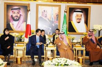 رئيس وزراء اليابان يصل الرياض وفيصل بن بندر في استقباله
