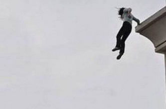 سقوط امرأة من أعلى طابق