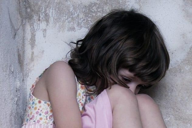 العثور على طفلة مقيدة بالسلاسل في بيت الرعب!