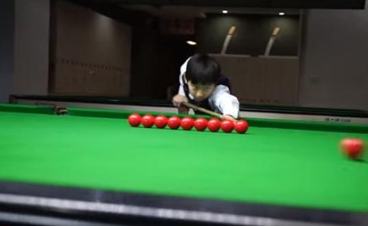 طفل صيني يظهر مهارات فائقة في لعبة البلياردو   صحيفة المواطن الإلكترونية