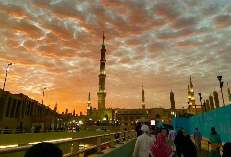 فيديو مثير.. الغيوم تعانق مآذن المسجد النبوي عند الغروب