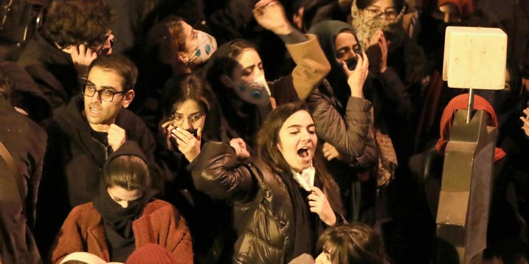 بالفيديو.. متظاهرو إيران يصفعون قيادتهم ويؤكدون احترامهم لأمريكا