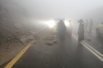 صور.. سيارة عالقة بين الصخور ومدني الباحة: ليس اختصاصنا - المواطن