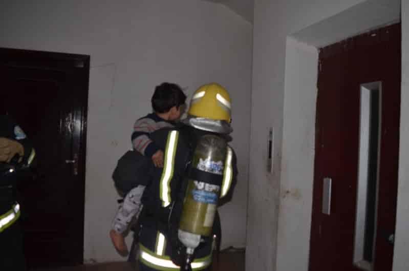 إخلاء مبنى سكني بعد حريق شقة في تبوك