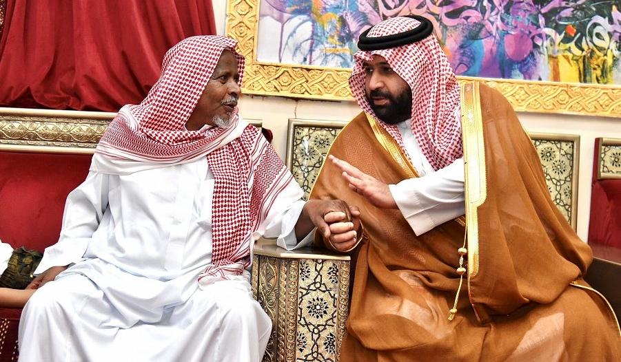 نائب أمير جازان ينقل تعازي القيادة لوالد وذوي الشهيد زربان
