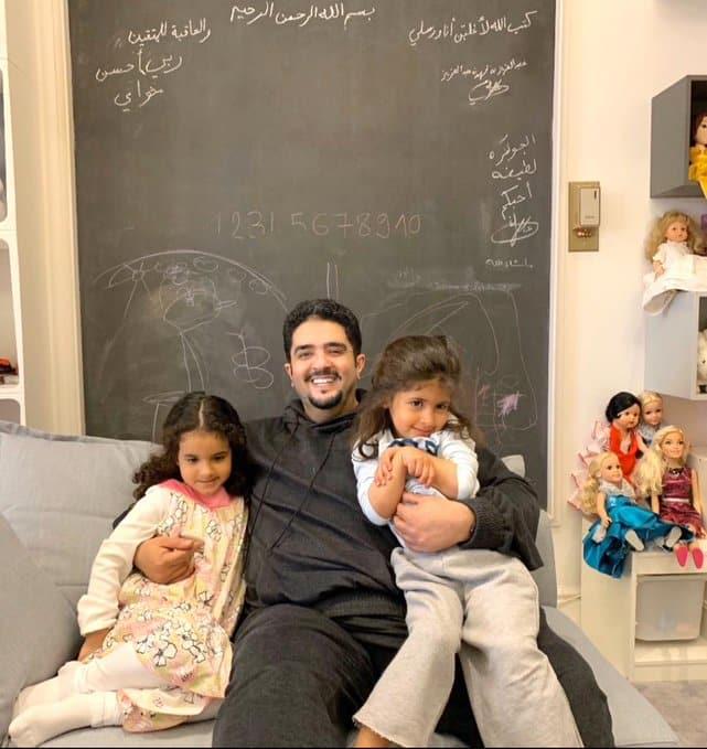 صورة الأمير عبدالعزيز بن فهد مع ابنتيه
