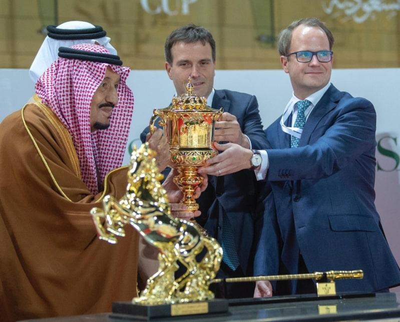 الملك سلمان يُتوج الفائز بالنسخة الأولى من كأس السعودية