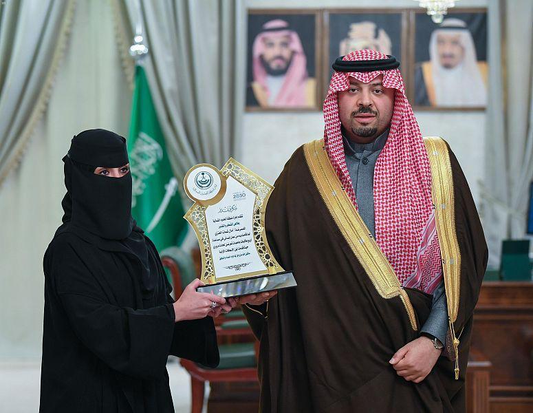 أمير الشمالية يكرّم ممرضة سعودية أنقذت مصابين بحادث مروري