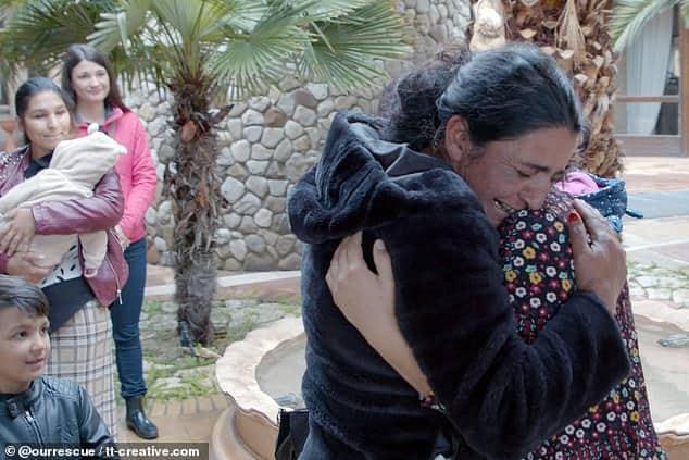 لقطات مؤثرة لفتاة تعود إلى عائلتها بعد 25 عامًا من اختطافها - المواطن