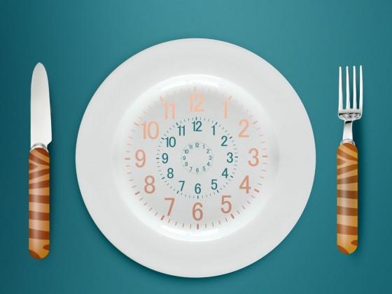 تناول الطعام بعد الـ 6 مساءً خطر على صحة القلب