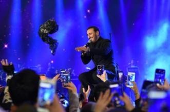 فيديو وصور.. كاظم الساهر يرتجف من شدة البرد أثناء حفله بالرياض - المواطن