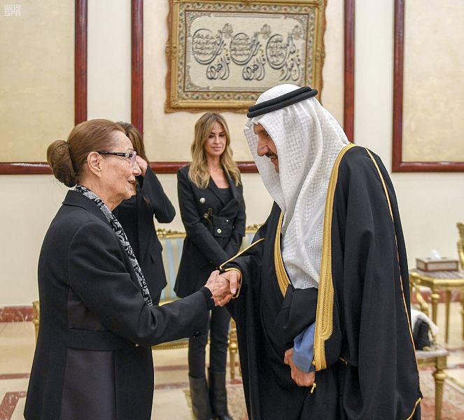 منصور بن متعب ينقل تعازي الملك سلمان وولي العهد لأسرة مبارك