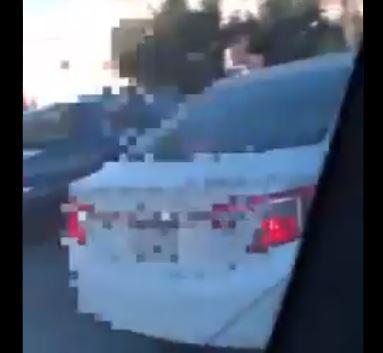 فيديو.. شاب يتحرش بطالبات ويعرض حياتهن للخطر