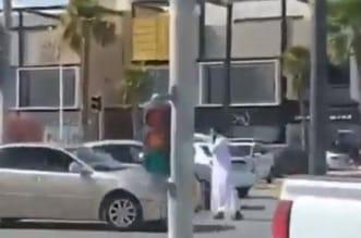 فيديو.. شاب يتطوع لتنظيم حركة السير بالرياض - المواطن