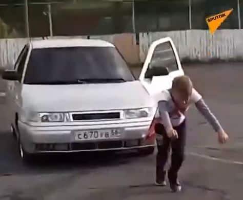 طفل يجر سيارة