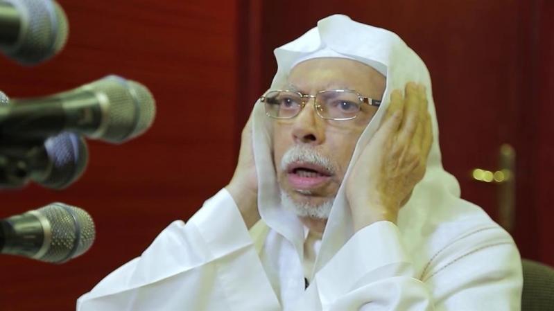 السقاف يكمل أذان العشاء بدلًا من الشيخ علي الملا