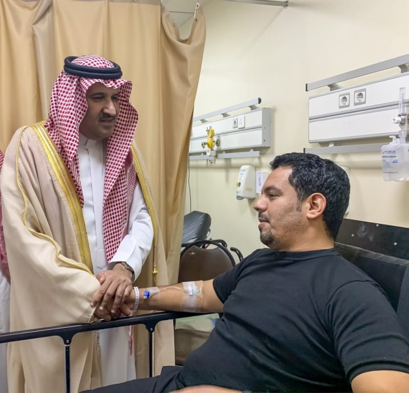 فيصل بن سلمان لرجال الأمن المصابين في إطلاق النار: الحادثة شر وراح
