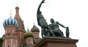 ملثم يطعن رجلي دين في كنيسة روسية