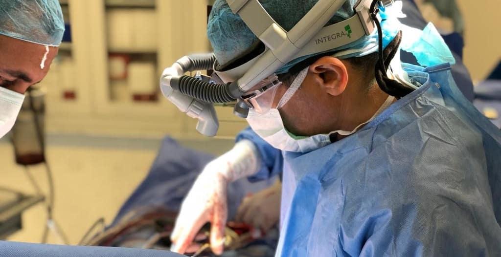 نجاح عملية نوعية بمستشفى الملك فهد التخصصي لاستبدال الفقرة العنقية