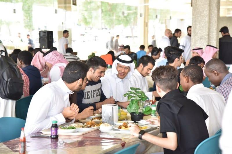 وزير الطاقة يتناول الطعام مع طلاب جامعة الملك فهد