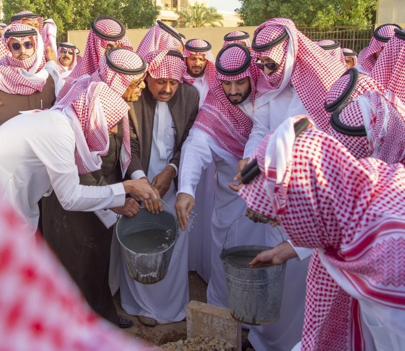 فيديو.. ولي العهد يشارك في دفن الأمير طلال بن سعود