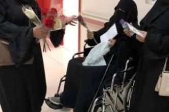 طالبات تبوك يوزعن الورود والرسائل الإيجابية على العاملات والمرضى - المواطن