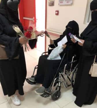 طالبات تبوك يوزعن الورود والرسائل الإيجابية على العاملات والمرضى