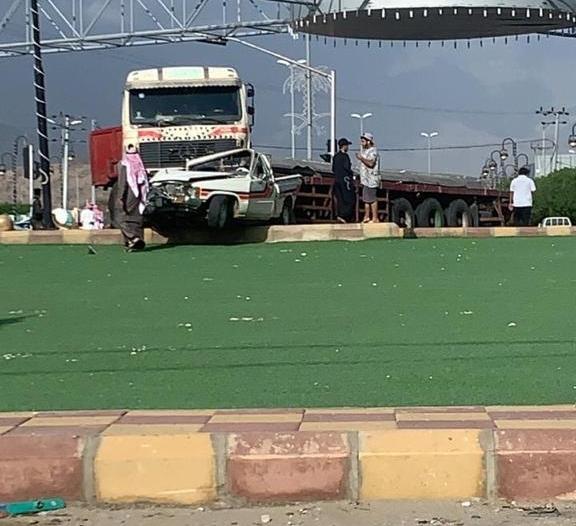 فيديو.. شاحنة تدهس سيارة وتشوه ملامحها في قلوة
