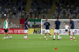 لاعبو الأهلي في أرضية الملعب