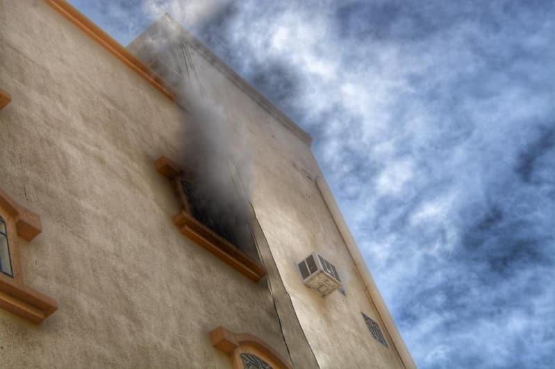 بالصور.. حريق يلتهم شقة في عمارة سكنية بالطائف