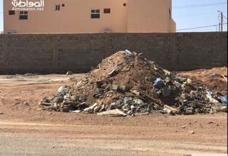 شاهد بالصور.. مخلفات المباني تغتال حي الوادي بحائل - المواطن