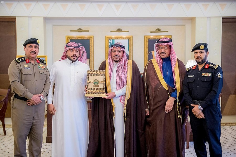 أمير القصيم يكرم المواطن صالح أبا الخيل لجهوده وتعاونه مع الجهات الأمنية1