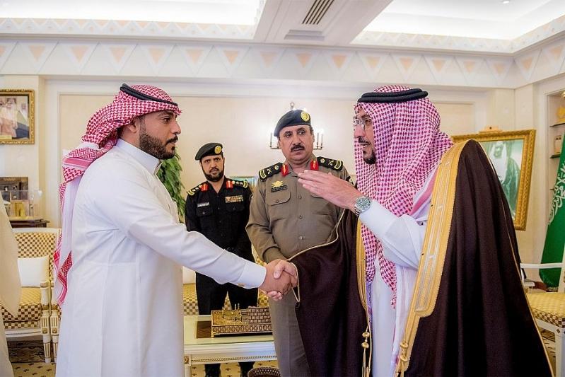 أمير القصيم يكرم مواطنًا قدم معلومات قادت لإنجاز أمني