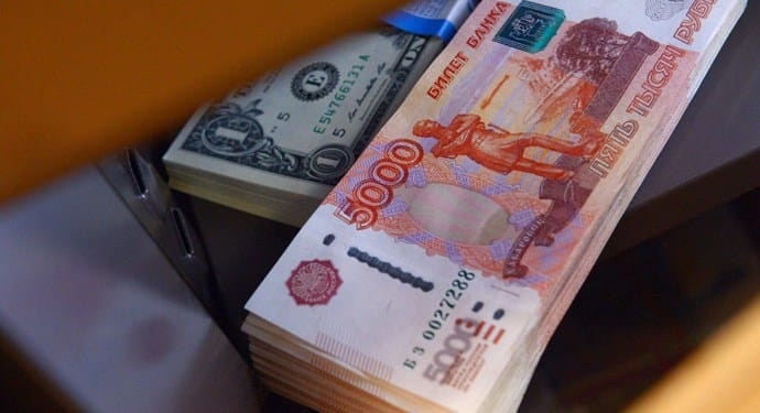 الروبل الروسي ينخفض بنسبة 30% منذ بداية 2020