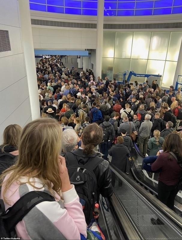 صور لا تصدق لفوضى المطارات الأمريكية بسبب المسافرين العالقين