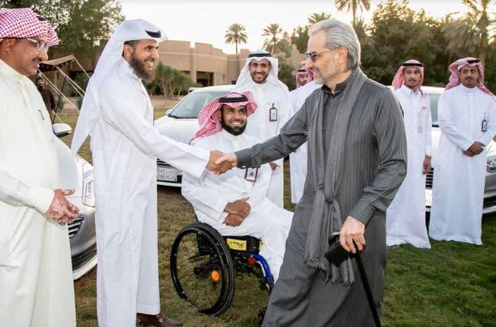 الوليد بن طلال يسلم 30 سيارة لذوي الإعاقة الحركية من الجنسين - المواطن