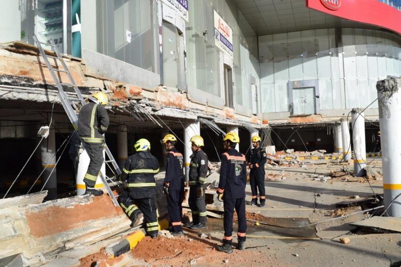 صور.. انهيار سقف مواقف أحد المعارض التجارية بالرياض
