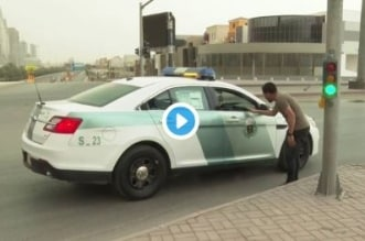 فيديو.. دورية شرطة تفاجئ مراسل العربية على الهواء بالرياض - المواطن