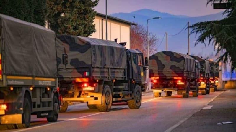 فيديو مؤلم.. شاحنات الجيش الإيطالي تحمل جثث ضحايا كورونا لحرقها