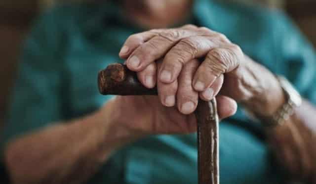 استشاري ينصح الجميع: لا تَزُرْ والدتك كبيرة السن في هذه الحالة