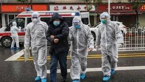 توجيه تهمة الإرهاب لأمريكي مصاب بكورونا سعل في وجه موظفة