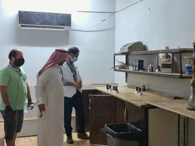 صور.. مداهمة مقهى شيشة مخالف يفتح لزبائنه خلسة بجازان - المواطن