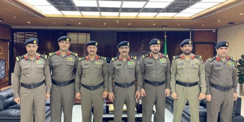 مدير شرطة الرياض يقلد عددًا من ضباط رتبة عميد